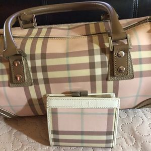 Woman Burberry bag with matching Burberry wallet